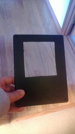 Tapa de la caja con el primer agujero hecho.