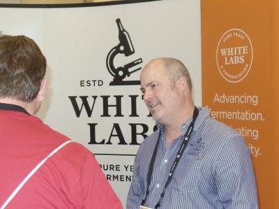 El Dr. Chris White en el stand de White Labs en NHC 2014